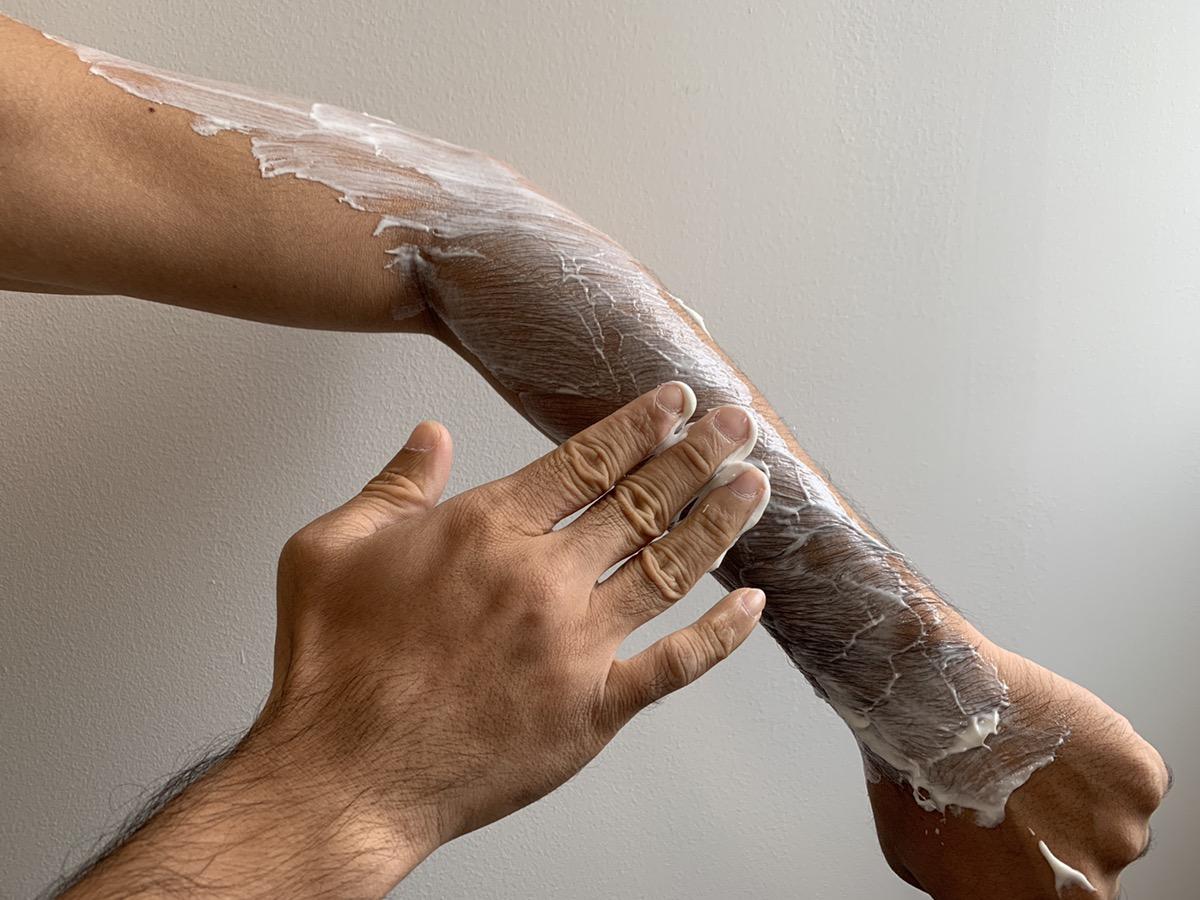 脱毛クリーム使い方塗っている様子